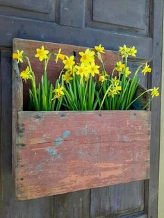 Spruce up your house with spring door decorations! We have gathered 25 ideas for spring wreaths for the front door, so you can find your perfect one. Primitive Homes, Primitive Crafts, Christmas Wreaths For Front Door, Door Wreaths, Wall Boxes, Spring Door, Primitive Furniture, Front Door Decor, Front Porch