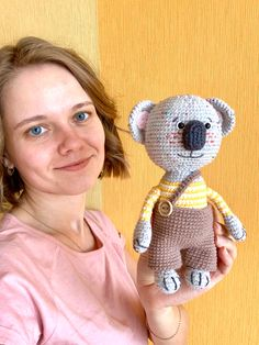 Funny Crochet, Crochet Humor, Crochet Dolls, Crochet Baby, Easy Amigurumi Pattern, Funny Koala, Funny Toys, Thanksgiving Gifts, Amigurumi Toys