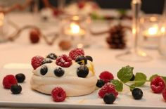 "Minipavlova`s with lemon and fresh berries ♥ from ""TRINEs MATblogg""!"