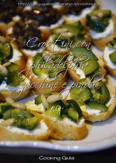 Ricetta di sfiziosi crostini zucchine pinoli e philadelphia, per un goloso antipasto finger food, adatto per un aperitivo o per un antipasto informale.