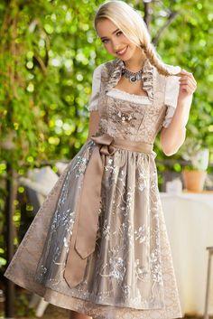 """""""Lesandra"""" von Tramontana ist ein funkelndes Designer Dirndl in edlem Champagner und Silber. Der herrschaftliche Schneewittchen Kragen mit Strass-Applikationen machen diese Dirndl Kreation zu einem wahren Schmuckstück!"""