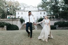 This cool couple looks so at home in their engagement shoot at the Swan House | Image by All Bliss Photography