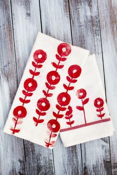 Create unique stamped tea towels using your Silhouette Cameo. Tutorial includes mod flower download!