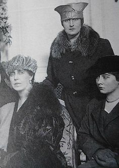 Paris Queen Marie of Romania with her daughters Elisabeth ( later Queen of Greece) and Marie (Mignon, later Queen of Yugoslavia) Princess Alexandra, Princess Beatrice, My Princess, Princess Victoria, Queen Victoria, Romanian Royal Family, Family Research, Beautiful Castles, Diy Arts And Crafts