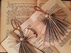 Kädentaidot-opintojaksolla tehdyt enkelit. Lisää voi lukea www.paulanpuikoissa.blogspot.fi