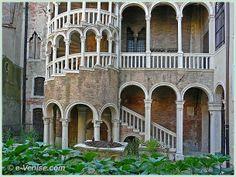 L'escalier du palazzo Contarini del Bovolo dans le Sestier de San Marco à Venise