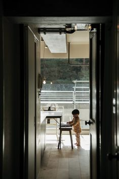 WORKS 117「ひとやすみ」日進市 – マンションリノベーションby EIGHT DESIGN Oversized Mirror, Windows, Dining, Furniture, Home Decor, Dinner, Meal, Home Furnishings, Interior Design