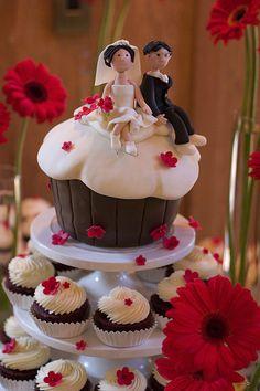 Giant Cupcake Wedding Cake by studiocake, la parejita tiene que ser mas linda jajjaaj y azul los detalles