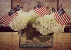 Make a beautiful Easy Patriotic Flag Centerpiece using fresh flowers and mini flags. Great for the Fourth of July or any patriotic holiday! Military Retirement Parties, Military Party, Retirement Celebration, Retirement Ideas, Military Ball, Military Life, Retirement Party Centerpieces, Retirement Party Decorations, 4th Of July Decorations