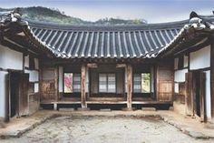 [부부건축가 임형남·노은주의 키워드로 읽는 건축과 사회] 조화의 집 - 김동수 가옥  Daum라이프 Chinese Architecture, Beautiful Architecture, Architecture Design, Old Building, Building A House, Traditional House, Korean Traditional, Temple, Japanese House