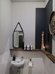 In toilet houten planke gemonteerd. Best eenvoudig heel leuk effect