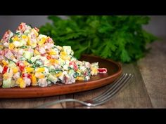 Салат красочный, с ветчиной, огурцом и кукурузой. Готовим простые рецепты от wowfood.club - YouTube