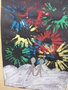 """Ilotulitus. Paperirullien toiseen päähän leikattiin """"hapsuja"""", jotka pulloväreillä maalattiin ja sitten painettiin paperille. Ystävykset leikattiin taitetulta paperilta niin, että kädet ja jalat pysyivät kiinni toisissaan."""