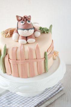 Sweet cake with horse decoration! Beautiful Cakes, Amazing Cakes, Fondant Cakes, Cupcake Cakes, Western Cakes, Pony Cake, Baby Girl Cakes, Horse Cake, Just Cakes