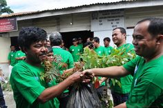BIBIT - Hesron Siringgo Ringgo (kanan) mewakili kepala pabrik PT Tirta Sibayakindo didampingi Sudarto Sitepu saat memberikan sejumlah bibit ...
