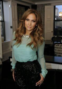 guapisima con falda de glitter y blusa de color vivo, muy femenina