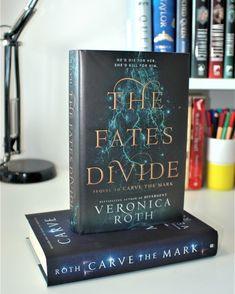 The Fates Divide, das zweite Buch in der Carve the Mark Duology, ist endlich da! Ya Books, I Love Books, Good Books, Books To Read, Veronica Roth Books, Happy Reading, Book Fandoms, Book Photography, Book Nerd