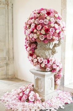 Beautiful cascading ombre pink roses | Photography by Catherine