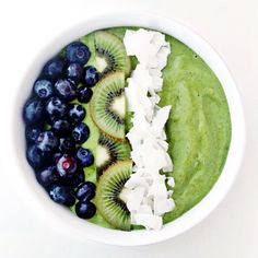 Healthy Smoothies morning warrior smoothie bowl // clean food dirty city (gluten free, vegan) - Topped with blueberries, kiwi, and unsweetened coconut flakes. The recent launch of Under Armour's Healthy Desayunos, Healthy Smoothies, Smoothie Recipes, Healthy Snacks, Healthy Eating, Healthy Recipes, Green Smoothies, Coconut Smoothie, Smoothie Cleanse