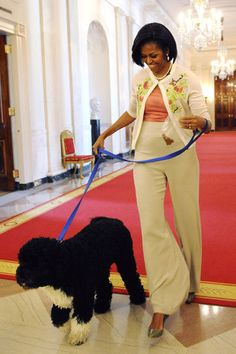 Apparently, the Jeu de Paume Hotel is not only one who is crazy about his dog! Michelle Obama loves Bo, her Portuguese water dog. Michelle Obama Flotus, Barak And Michelle Obama, Michelle Obama Fashion, Bo Obama, Barack Obama Family, Black Presidents, American Presidents, American History, Presidente Obama