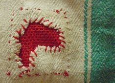 Just knowing the term is awesome! But yea, a how to is also lovely. Darning tutorial by Tom van Deijnen. Bordados E Cia, Visible Mending, Sewing Techniques, Fabric Art, Hand Sewing, Needlepoint, Sewing Hacks, Sewing Projects, Make Do And Mend