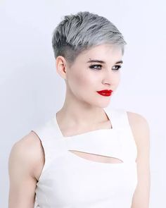 How to style the Pixie cut? Despite what we think of short cuts , it is possible to play with his hair and to style his Pixie cut as he pleases. Pixie Cut Round Face, Pixie Haircut For Round Faces, Pixie Cut With Bangs, Blonde Pixie Cuts, Round Face Haircuts, Short Pixie Haircuts, Hairstyles For Round Faces, Short Hair Cuts, Short Hair Styles