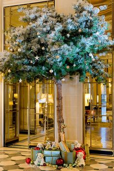 Le Meurice Christmas tree in Paris. Shared via Flickr.
