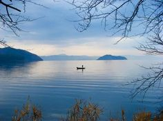 O Lago Biwa 琵琶湖 (Biwa-ko), com 670 km², é o maior lago de água doce do Japão e um dos mais antigos do mundo (originado numa falha tectónica). A origem do nome Biwa está relacionada ao formato do lago: uma biwa é um alaúde de quatro cordas, instrumento musical trazido da China para o Japão. O lago Biwa servia como via de comunicação com o Mar do Japão e com o continente (cidades de Quioto, Osaka e Nara). Atualmente, suas águas servem para irrigação, consumo humano, turismo, lazer