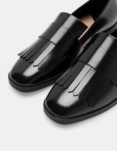 Na Stradivarius encontrarás 1 Sapatos rasos franjas para mulher por apenas 25.95…