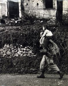 Robert Capa - War, Italy, c. 1943 - Howard Greenberg Gallery