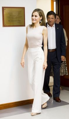 Pin for Later: Queen Letizia Just Pulled Off a Trend You Are Going to Want to Try, Too Letizia's Hugo Boss White Pants Classy Outfits, Chic Outfits, Fashion Outfits, Womens Fashion, Fashionable Outfits, Fashion Clothes, Office Fashion, Work Fashion, Style Royal