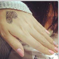 MEGA kobiece tatuaże z koronką - Zmysłowe propozycje na plecach, dłoni, karku i…