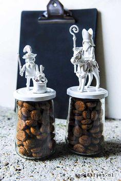Sinterklaas DIY ideas 2016 ( - Goodlives - Pepernoten pots DIY with Sint and Piet on goodlives. Homemade Christmas Crafts, Homemade Gifts, Diy Gifts, Christmas Flower Arrangements, Crafts For Seniors, Cardboard Art, Painted Jars, Inspirational Gifts, Pots