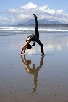 we will work on our yoga then go to blouberg strand and take pics :) Yoga Positionen, Yoga Dance, Yoga Meditation, Yoga Inspiration, Fitness Inspiration, Esprit Yoga, Yoga Photos, Beach Yoga, Yoga Journal