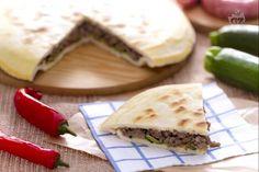 La focaccia in padella è una ricetta per cuocere senza forno e velocomente una focaccia ripiena di salsiccia e zucchine grigliate: in padella!