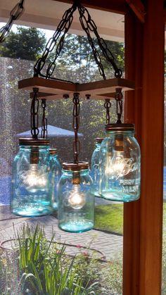 Mason jar light fixture projects to try boligindretning, lamper. Farmhouse Light Fixtures, Kitchen Lighting Fixtures, Farmhouse Lighting, Rustic Lighting, Vintage Lighting, Farmhouse Decor, Country Farmhouse, Lighting Ideas, Farmhouse Chandelier