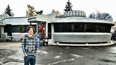 Have lunch inside a UFO at the Flying Saucer Drive-In in Niagara Falls