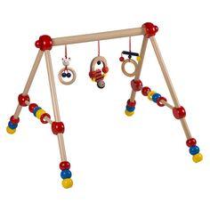 Das Baby Holz-Gym von Bieco bietet Ihrem Kind die verschiedensten Spiel- und Bewegungsmöglichkeiten. Das Gym kann liegend, sitzend und stehend bedient werden und fördert die Kleinen so in jeder Entwicklungsphase. Das gesamte Center mit Spielzeug besteht aus robustem Holz und fördert Motorik, Tastsinn und die visuelle Wahrnehmung spielerisch.