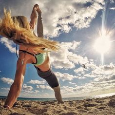 Yoga poses offer numerous benefits to anyone who performs them. There are basic yoga poses and more advanced yoga poses. Here are four advanced yoga poses to get you moving. Yoga Girls, Beach Yoga Girl, Yoga Outfits, Fitness Outfits, Outdoor Yoga, Pranayama, Yoga Inspiration, Summer Beach Pictures, Yoga Fitness