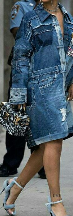 add to the bottom and make it longer Diy Jeans, Recycle Jeans, Denim Attire, Denim Outfit, Denim Ideas, Denim Trends, Denim Mantel, Recycled Denim, Denim Coat