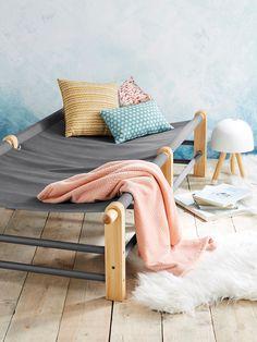 Pile dans la tendance vintage, le lit de camp revient sur le devant de la scène, dans une version en bois plus moderne ! Conçu pour un couchage à même la toile, vous pouvez aussi y placer un matelas de sol pour un confort plus moelleux !