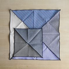 デニムの産地として知られている岡山県、児島の職人の方達が、三角形に裁断したはぎれを丁寧なステッチでつないでいる味わい深いハンカチ。さらに紺のステッチは、色落ちする糸を使用してるので、洗う度に味わいが増してくることも特徴です。