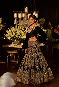 Deepika Padukone presents a creation by Indian fashion designer Manish Malhotra during the Grand Finale of PCJ Delhi Couture Week 2013 in New Delhi. (AFP)Shah Rukh Khan, Indian fashion designer Manish Malhotra and Deepika Padukone pose during the Grand Fi Deepika Padukone Lehenga, Manish Malhotra Lehenga, Bollywood Lehenga, Silk Lehenga, Saree, Sabyasachi, Lehenga Choli Designs, Indian Dresses, Indian Outfits