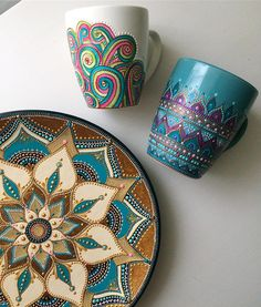 Russian artist Anastasia Safonov makes decorative tableware that's hand-painted with mesmerizing mandala art. Her ceramic plates, mugs, and magnets are painted, dot-by-dot, using acrylic paint in a wide range of vivid colors and finishes. Mandala Artwork, Mandalas Painting, Mandala Drawing, Painted Coffee Mugs, Hand Painted Mugs, Hand Painted Ceramics, Dot Art Painting, Ceramic Painting, Ceramic Art
