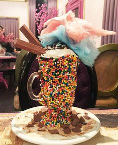 Taça de sorvete com algodão doce e Kit Kat do Cereja Flor Café Bistro (as taças variam de R$ 40 a R$ 58)