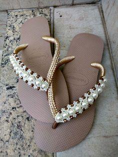 Compre Havaiana Encantada Gold no Elo7 por R$ 69,00 | Encontre mais produtos de Acessórios para Noiva e Casamento parcelando em até 12 vezes | Legítima Havaiana customizada com uma trama encantada de pérolas e cristais, manta de strass transpassada com fio de seda e três pontos de luz na..., D7F030 Crochet Bedspread Pattern, Decorating Flip Flops, Flip Flop Shoes, Kids Outfits, Shoes Sandals, Slippers, Gold, Sprays, How To Wear