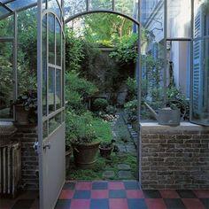 Un patio avec des plantes à rentrer l'hiver