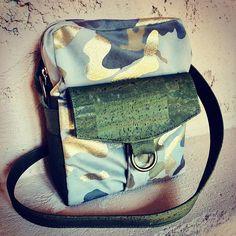 Sacs&Pacotilles sur Instagram: Version camouflage pour cette pochette Jive . modèle @patrons_sacotin . Sans la poche zippée sur le devant pour un rendu un peu plus… Camouflage, Messenger Bag, Satchel, Bags, Instagram, Handkerchief Dress, Handbags, Military Camouflage, Satchel Bag