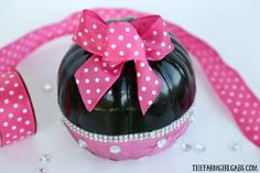 This adorable no-carve DIY Minnie Mouse Pumpkin is a kid-friendly Disney Halloween craft. Funny Kid Halloween Costumes, Easy Homemade Halloween Costumes, Cute Halloween Decorations, Disney Halloween, Baby Halloween, Halloween Crafts, Halloween Ideas, No Carve Pumpkin Decorating, Pumpkin Carving
