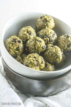These No Bake Crispy Mint Chocolate Chip Balls take minutes to make and are delicious! #vgean #dairyfree #glutenfree Fun Easy Recipes, Good Healthy Recipes, Easy Snacks, Low Carb Recipes, Dog Food Recipes, Vegan Recipes, Snack Recipes, Easy Meals, Dessert Recipes